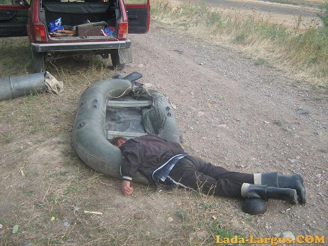пьяные рыбаки спят на берегу